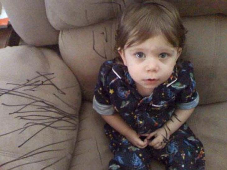 niño triste porque pintó el sofa de la casa