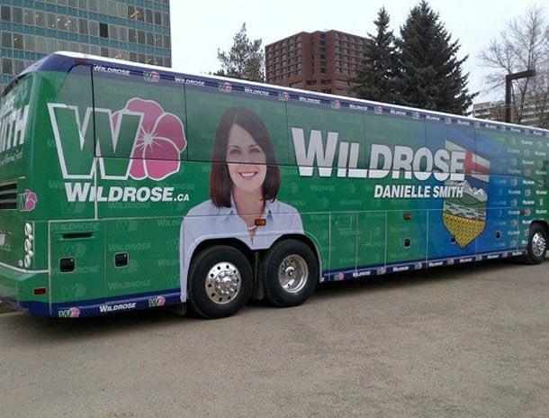 anuncio de presidenta municipal mal puesto en el camión