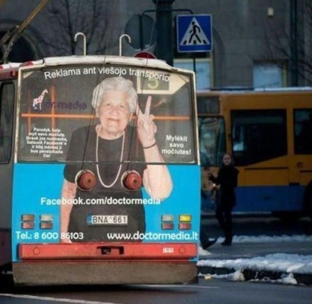 stops del autobus simulan senos de la viejita