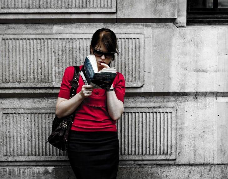 mujer de blusa roja leyendo