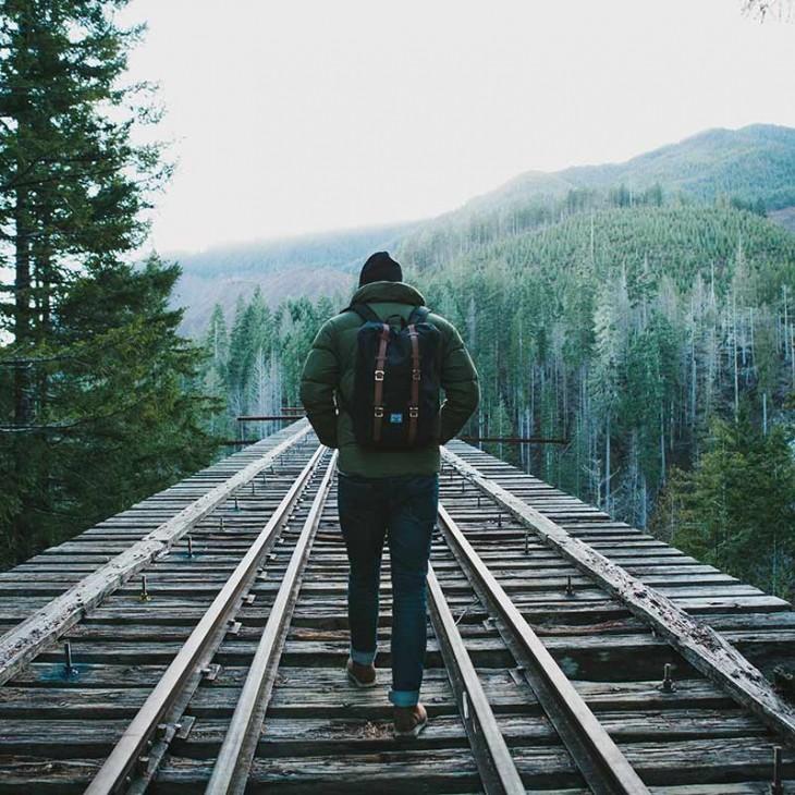 hombre viajero por las vias del tren