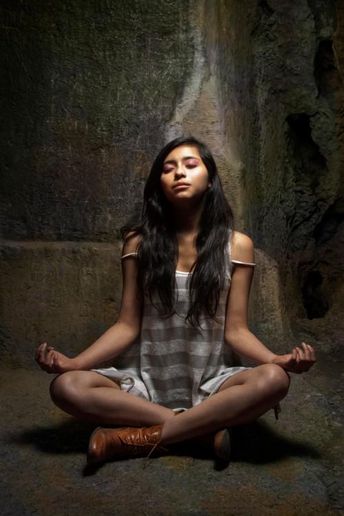 adolescente hindú meditando