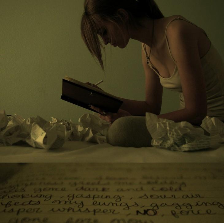 mujer escribiendo su diario