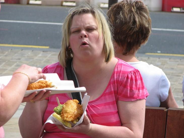 mujer comiendo chatarra