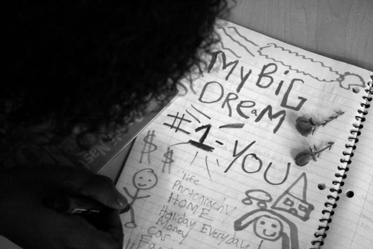 mujer escribiendo sus metas