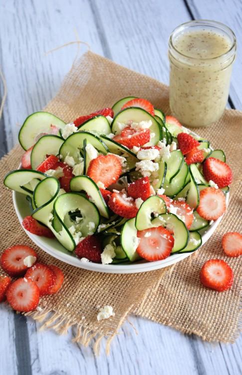 ensalada de pepinos y fresas