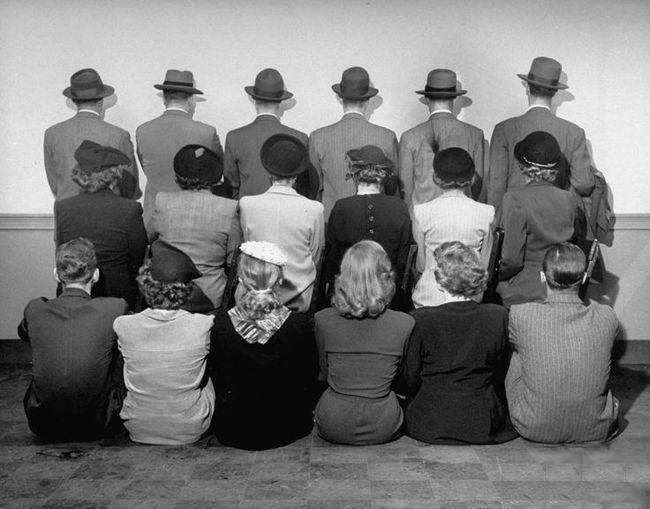 detectives de espalda para no revelar sus identidades