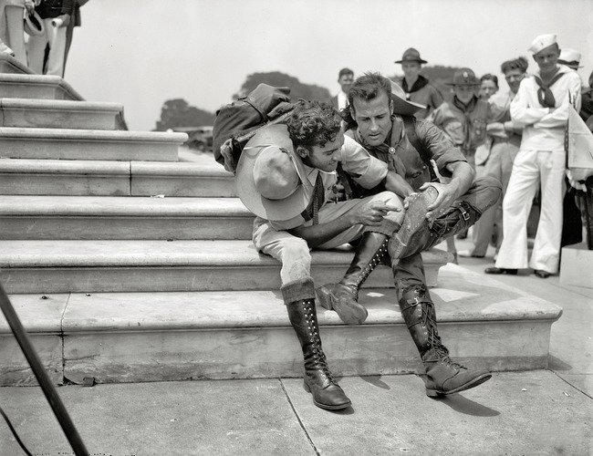boy scout curando su bota