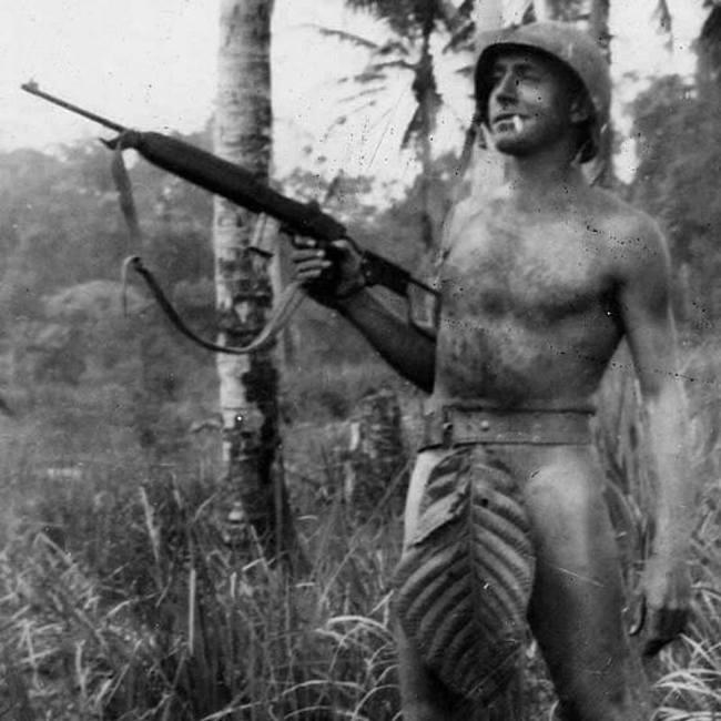 soldado en la primera guerra mundial posa como adan
