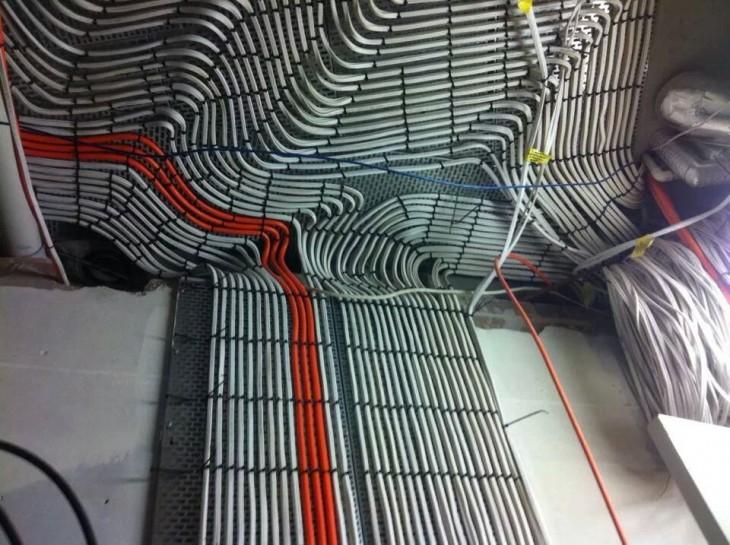 cables grises y rojos acomodados