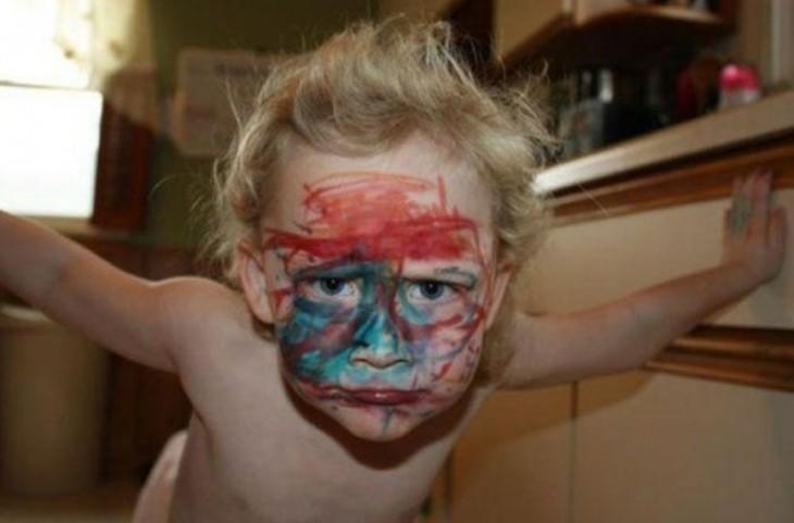 niño con la cara parecida a la de joker
