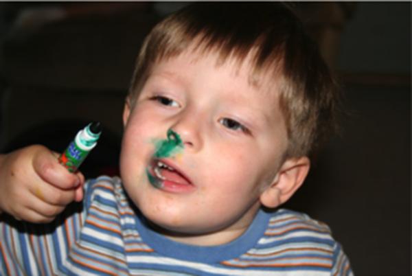 Niño se metio plumón en la nariz y le quedó verde. parece mocco