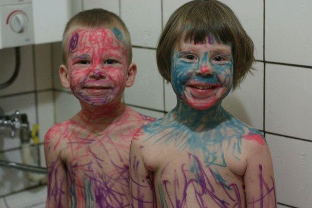 niños pintados con plumon toda la cara