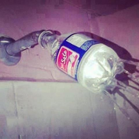 regadera hecha a base de una botella de plastico