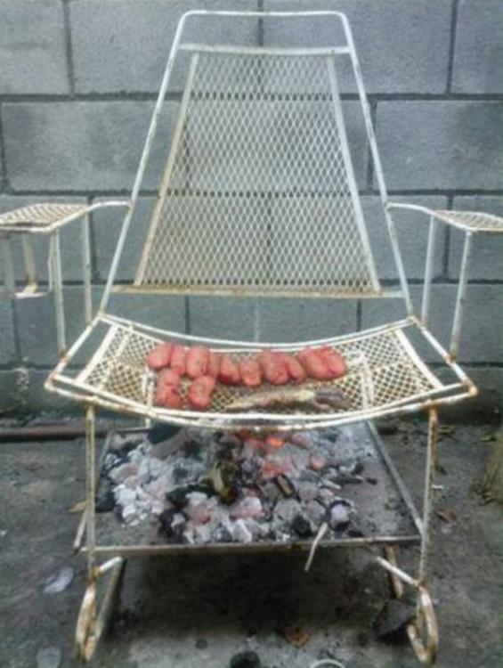silla mecedora  como parrilla asando salchichas