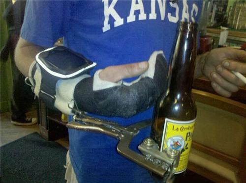 mano con una pinza como cerveza