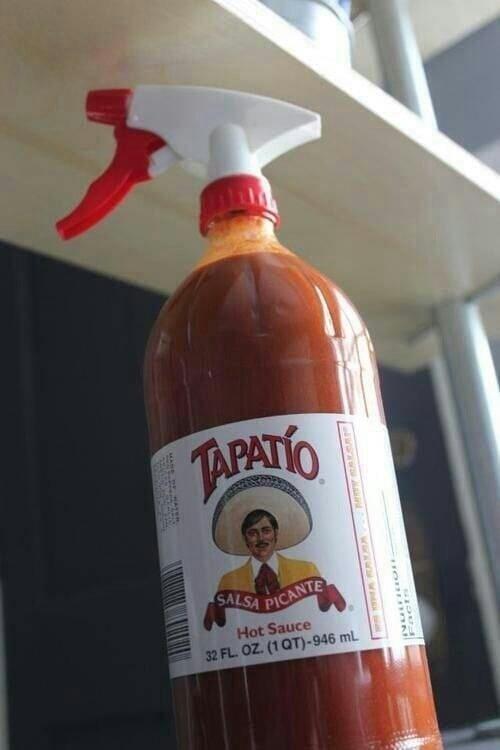 salsa picante con una atomizador para regular la salsa