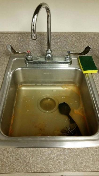 sinc sucio después de haber lavado los platos