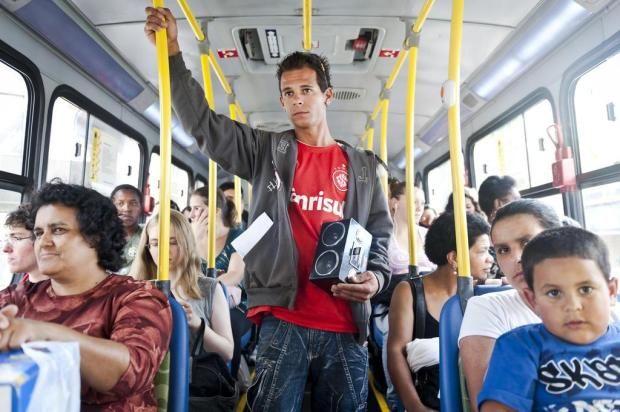 hombre va escuchando en el transporte publico una bocina sin auriculares el camion va lleno