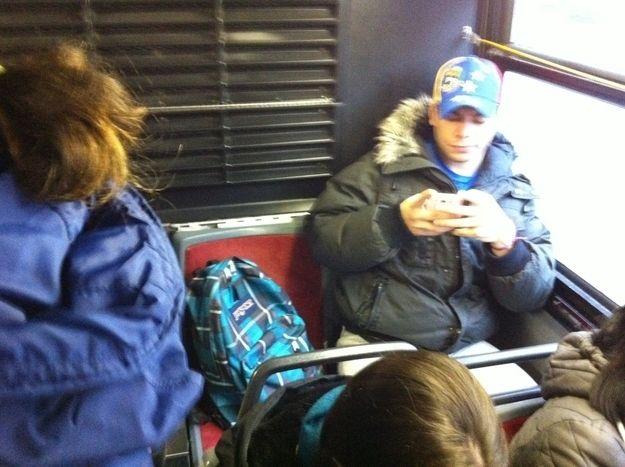 hombre no le da el asiento a mujer que va de pie en el autobus