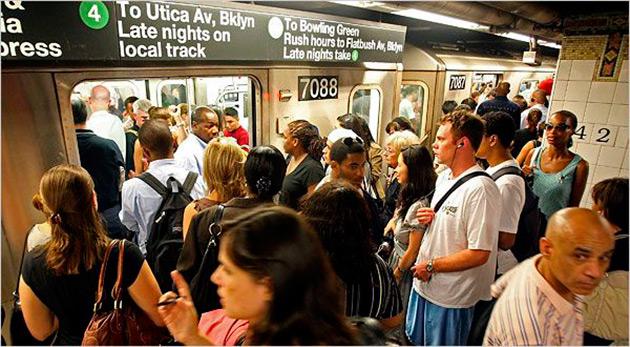 pasajeros del metro buscan ingresar cuando aun no bajan los demas