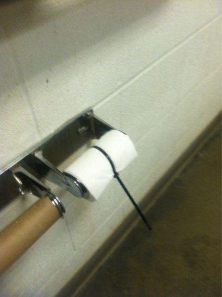 papel sanitario atascado poruna cinta de presión paraque no sea utilizado