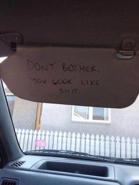mensaje molesto en el cubre sol de los autos como una mala jugada