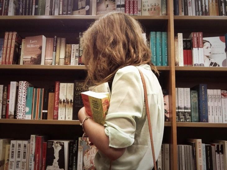 mujer concetrada en la biblioteca