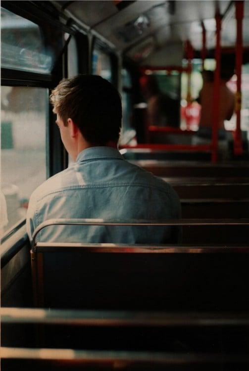 hombre pensando en el autobus