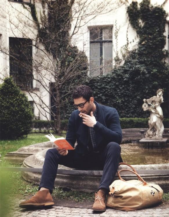 hombre leyendo en la fuente