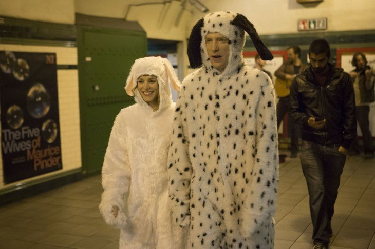 hombre vestido de conejo con su pareja
