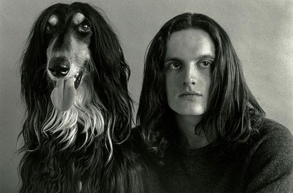 perro y dueño se parecen e incluso su mirada es hacia donde mismo