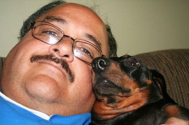 hombre se parece a su perro salchicha solo le faltaron los lentes al perrito