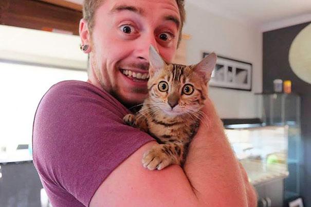 gato y dueño hacen cara de sorpresa para la foto