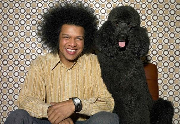 hombre y mascota tienen similitudes en la foto, solo le falto la camisa negra al hombre