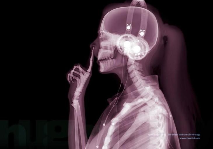 mujer sacandose un moco de la nariz mediante rayos x