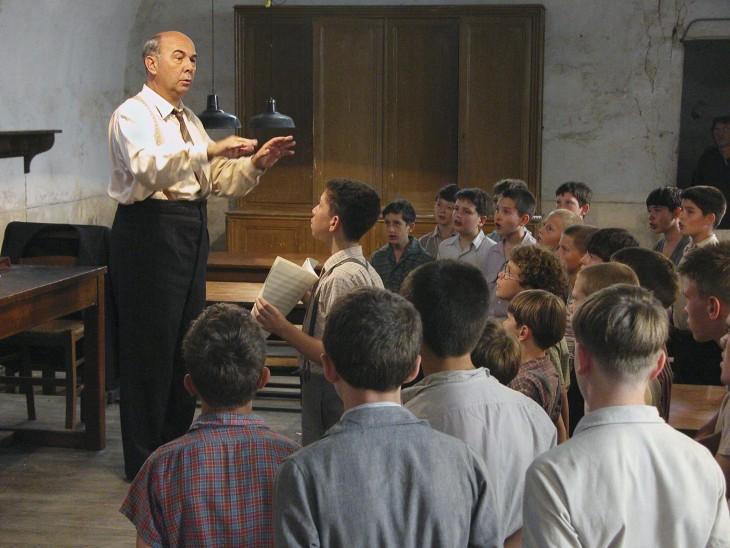 scene de la pelicula the Chorus donde el maestro les enseña a ser equipo para mejorar