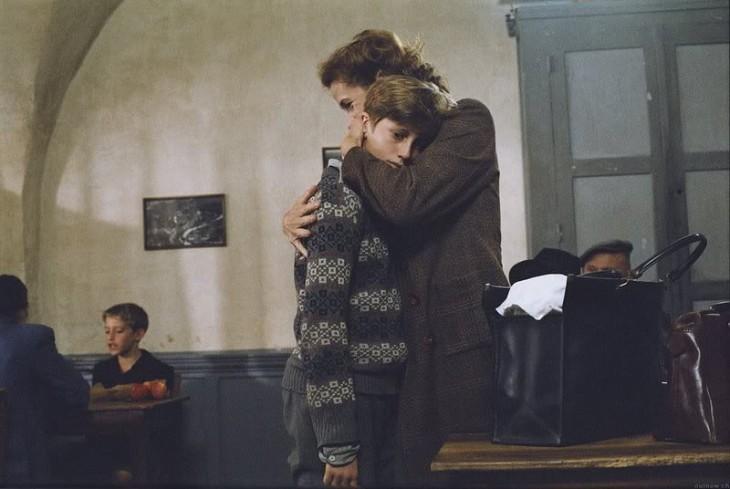 protagonista de los coristas reprimido y consolado por su madre