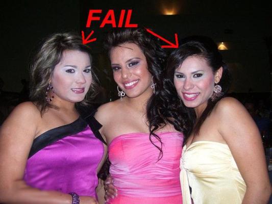 mujeres con maquillaje de noche en el antro pero con la base al revés