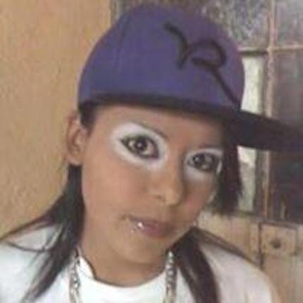 mujer vestida de payaso con gorra tipo rap