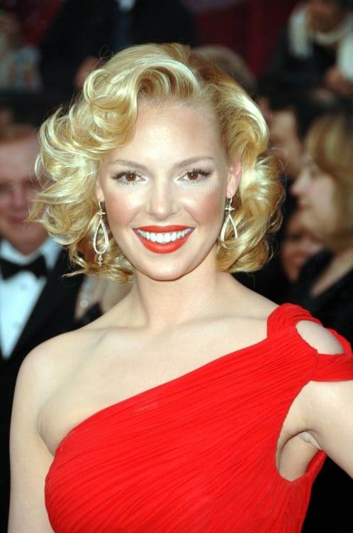 katherine Heigl vestida de rojo con exceso de corrector dorado