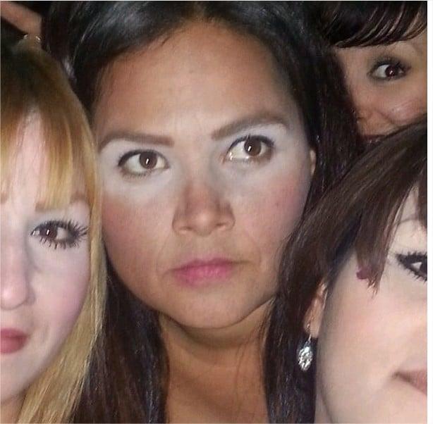 mirada distraida de la mujer con el corrector blanco mal aplicado
