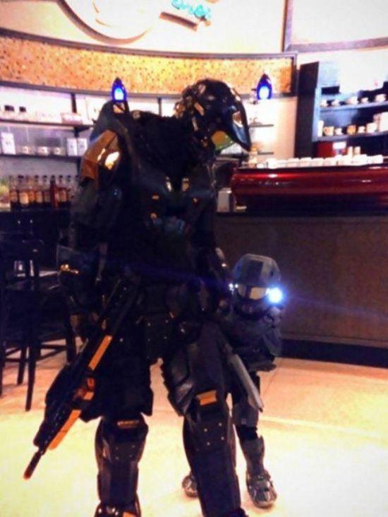 padre e hijo disfrazado de robocop en una tienda departamental