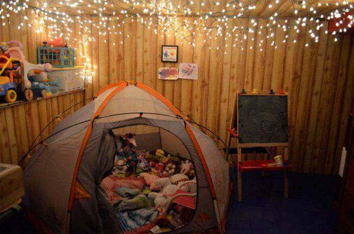 habitación con una casa de campaña con osos de peluche y series navideñas