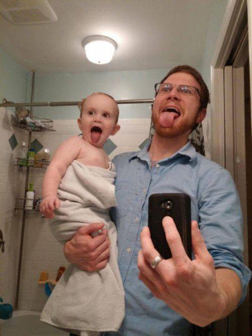 niño sacando la lengua como el papá para la selfie