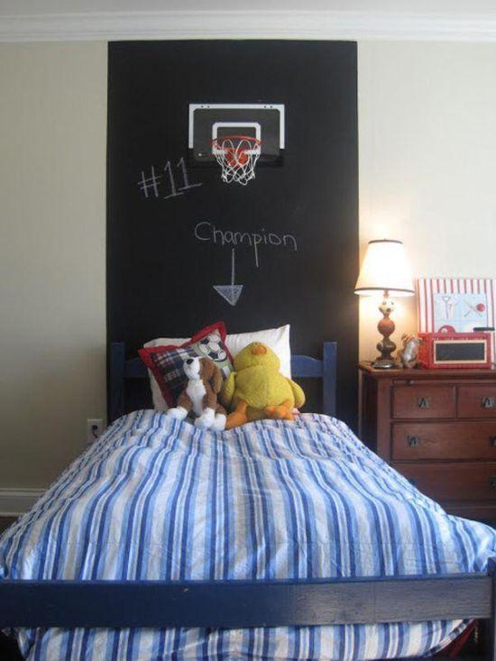 padre decora la habitación de su hijo en forma de cancha de baloncesto
