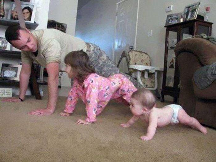 padre les muestra como hacer ejercicio es importante para la salud