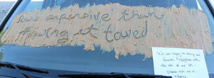 llena de crema de cacahuate  el espejo y le pone mensaje