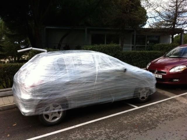 envuelven auto con plastico para carne por estacionarse en un lugar prohibido