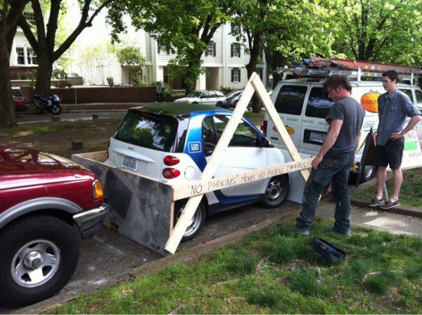 encasillan smart car  con rejas para que aprenda a no seguir estacionandose ahí